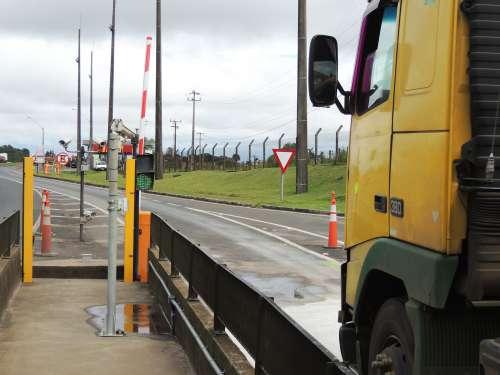 Motorista que passar em alta velocidade no pedágio será multado