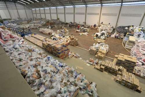 Famílias atingidas por enchentes precisam de alimentos e materiais de limpeza