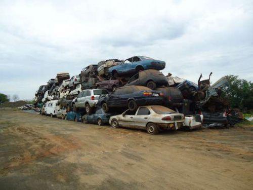 DER entrega sucatas de veículos vendidos em leilão judicial