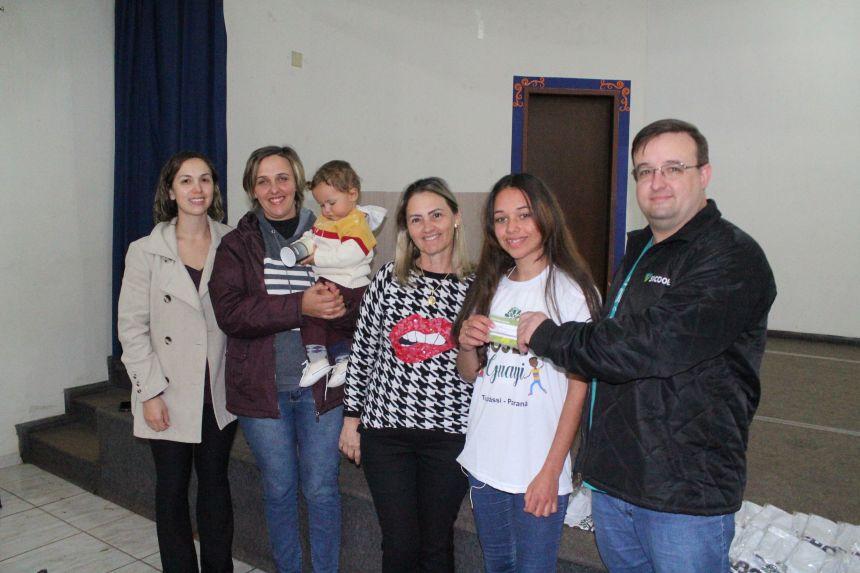 Adolescentes do Projeto Guayi recebem cartões de conta poupança