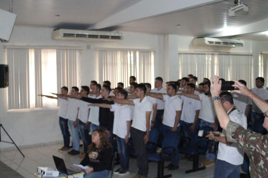 Jovens recebem o certificado de dispensa do Serviço Militar