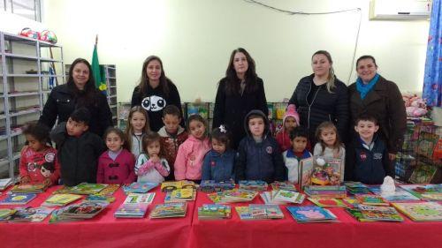 Secretaria de Educação entrega livros de literatura a rede municipal de ensino