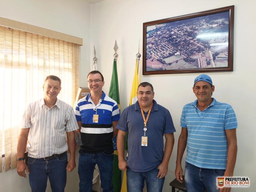 Prefeito Ene, gerente e técnico da Copel e o eletricista do município