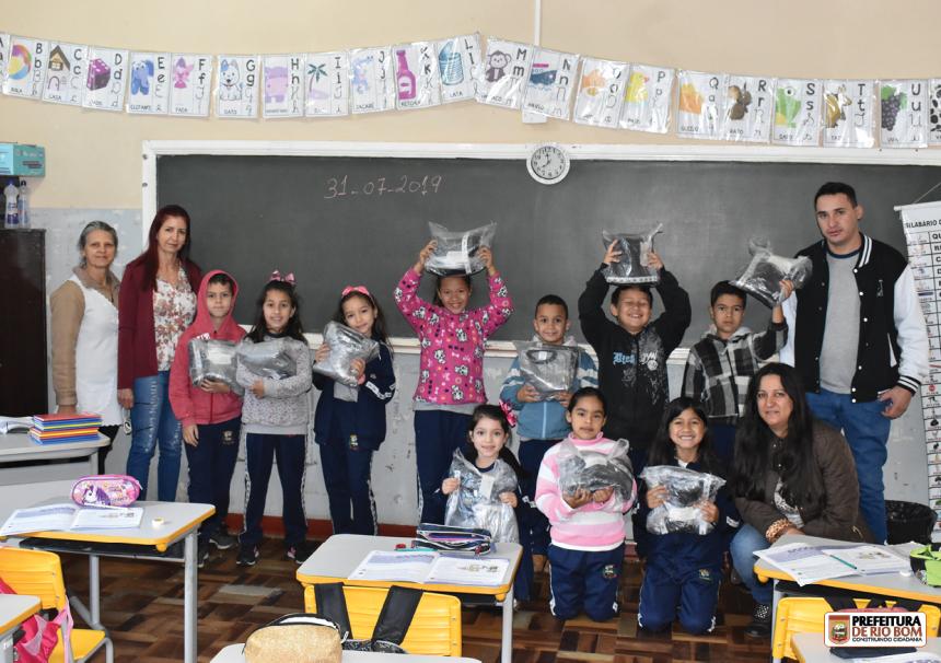 O presidente da AME, Gieverson Rodrigues, entregou, sala por sala, os kits de uniformes escolares aos alunos
