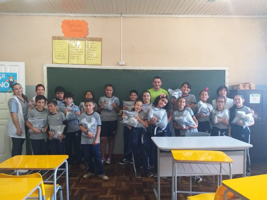 Prefeitura entrega segundo kit de uniformes escolares aos alunos da Rede Municipal de Ensino