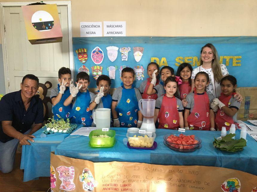 Alunos do 1º aano B e a professora Paola Pereira incentivaram aos presentes dicas de alimentação saudável