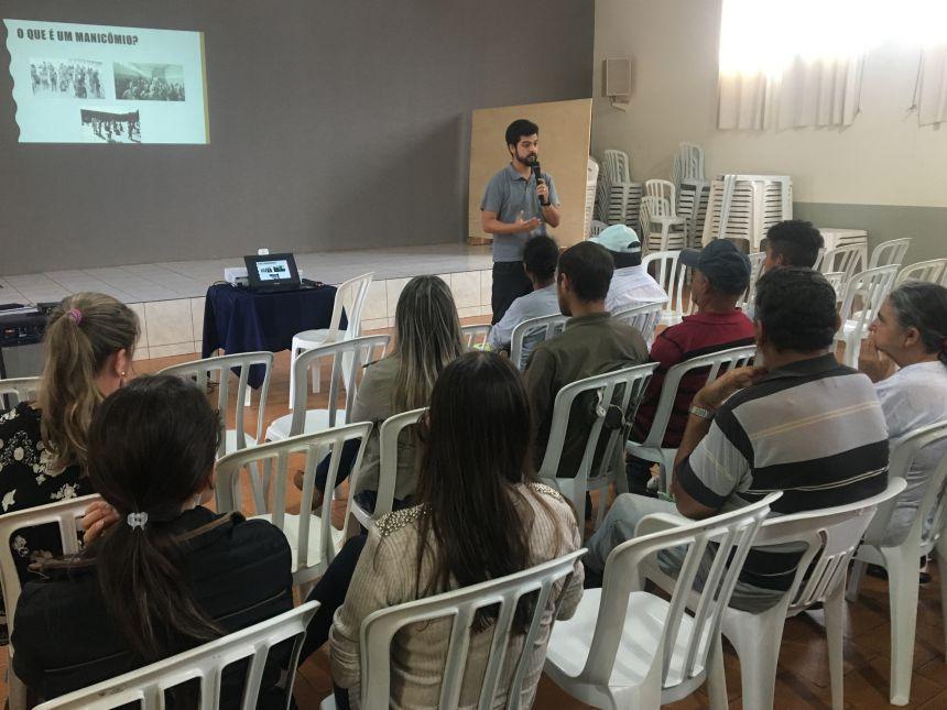 Thiago Ohara, coordenador do Caps, ministra palestra sobre o tema