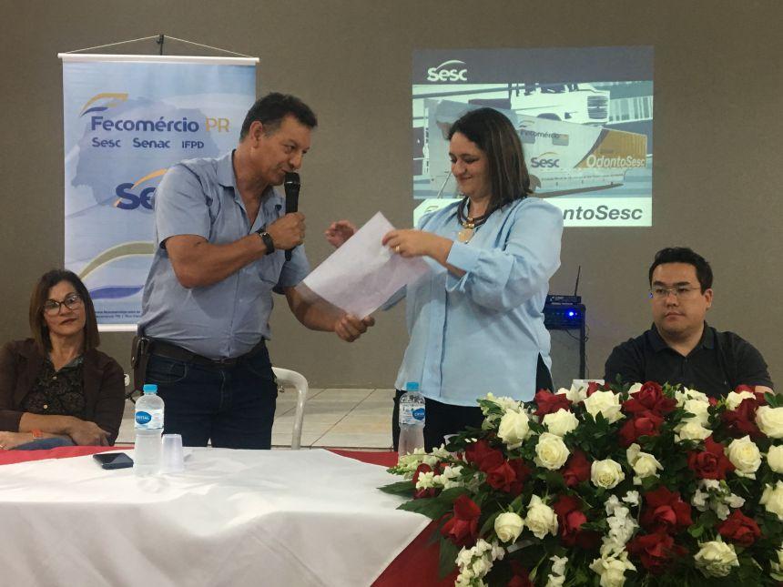 Prefeito entrega oficio para a gerente do SESC Apucarana, Andreia Rinaldo, para a unidade móvel da mulher para o ano que vem