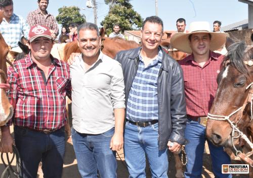 Prefeito Ene com os organizadores da festa e o assessor parlamentar do deputado estadual Tiago Amaral, Ananias
