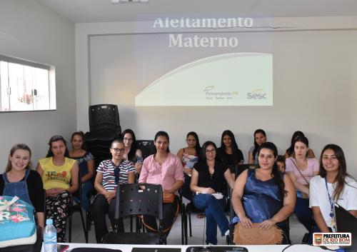 Grupo de gestantes com a enfermeira do programa OdontoSesc PR, Ana Clara do Carmo