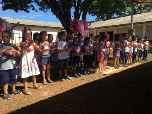 Crianças homenageiam suas mães com apresentações artísticas