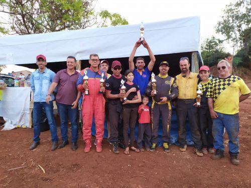 Prefeito Ene Benedito Gonçalves (PDT) com os campeões da competição