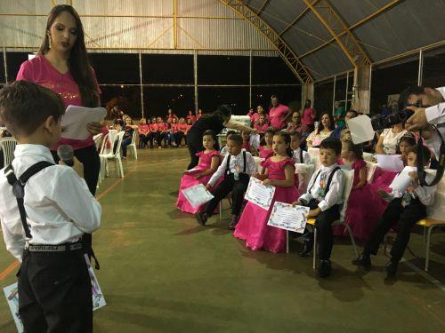 Em noite de gala, alunos enceram ciclo no CMEI