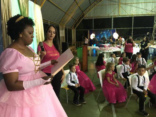 A tia Rose, como é carinhosamente chamada pelos alunos, contou uma linda história para os presentes