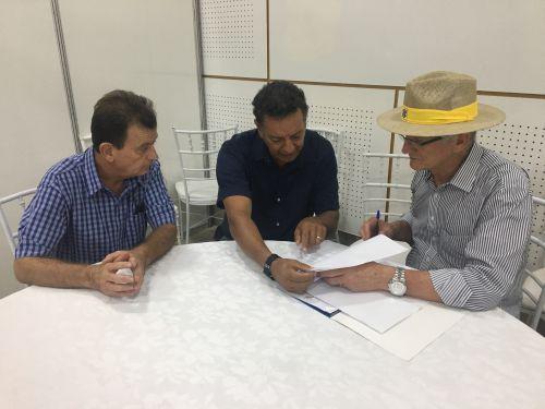 O prefeito também solicitou recursos com o secretario de estado da Agricultura e Abastecimento, Norberto Ortigara, e o chefe regional da pasta em Apucarana, Antônio Biral Filho.