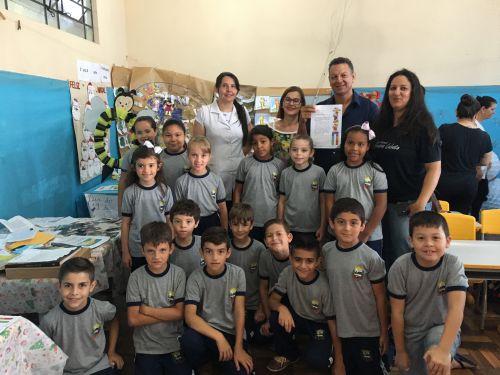 A diretora da escola, Edilene Parto e o prefeito Ene também prestigiaram a mostra. Em mãos, a carta recebida pelo cartunista Maurício de Sousa (criador da Turma da Mônica)