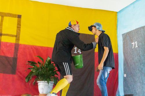 """Cerca de 1.500 alunos da rede municipal de ensino assistem peça de Teatro da """"Turma do Chaves""""."""