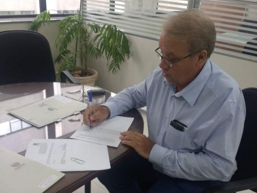 Mario assina edital de licitação para compra de dois novos ônibus