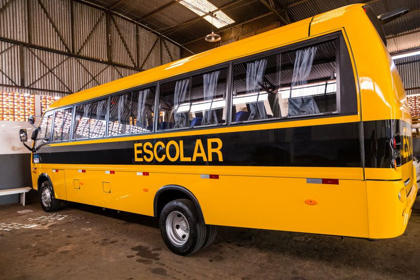 Mario Pereira recebe ônibus destinado ao transporte escolar