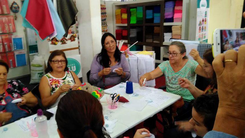 GRUPO DE MULHERES PARTICIPA DE FEIRA DE ARTESANATO