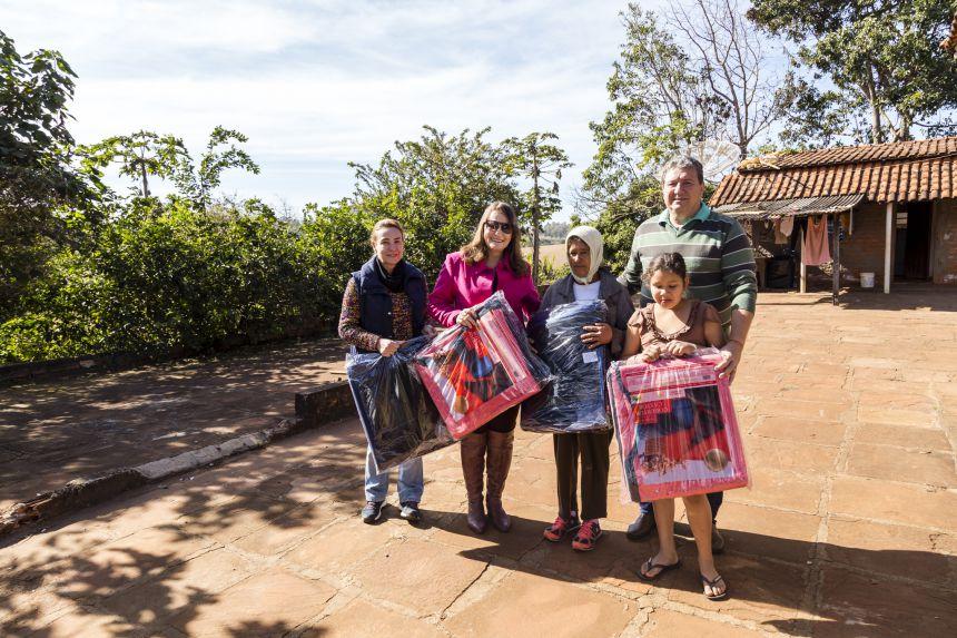 Prefeitura entrega cobertores para famílias carentes de Ribeirão Claro