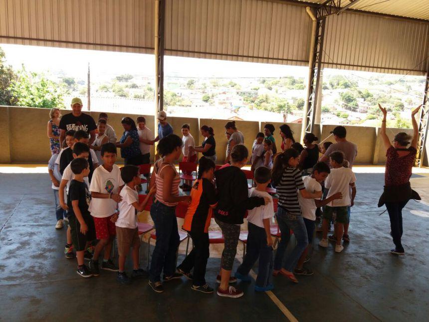 Alunos da Escola José Gavioli recebem visita de associação de proteção dos animais