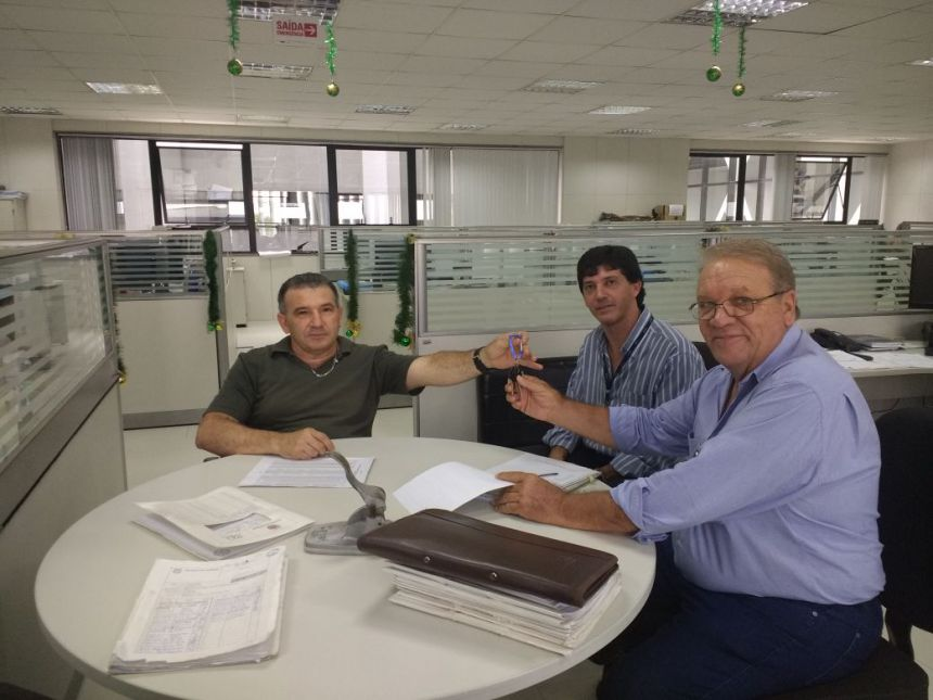 Ribeirão Claro recebe doação de dois caminhões e prédio da Secretaria de Educação