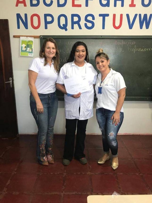 Prefeitura entrega certificados para alunos de curso de Maquiador