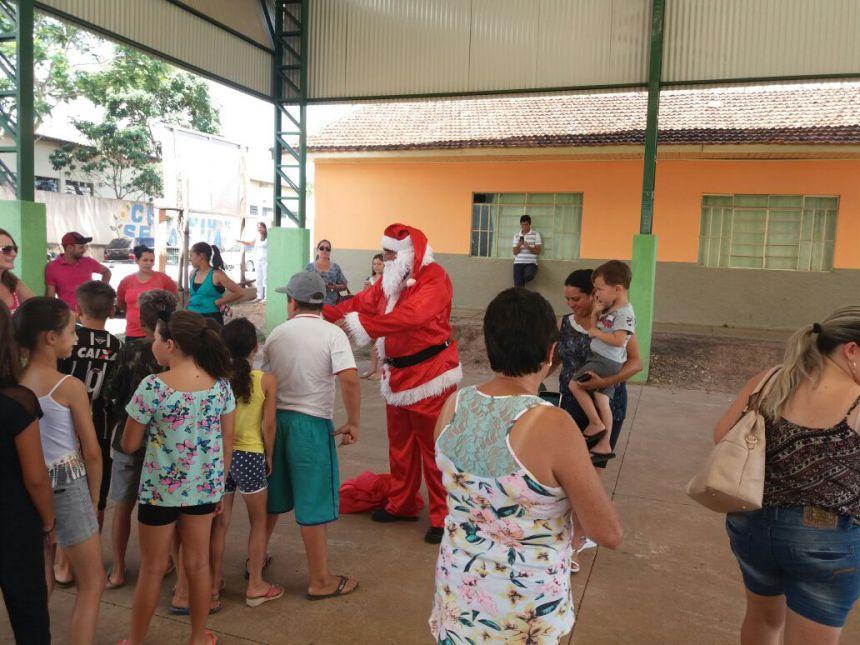 Papai Noel entrega presentes para crianças da zona rural
