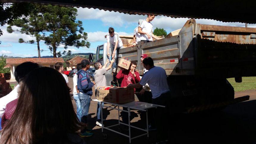 Santa Casa recebe uma tonelada de alimentosangariados por Colégio Joaquim Adrega de Moura