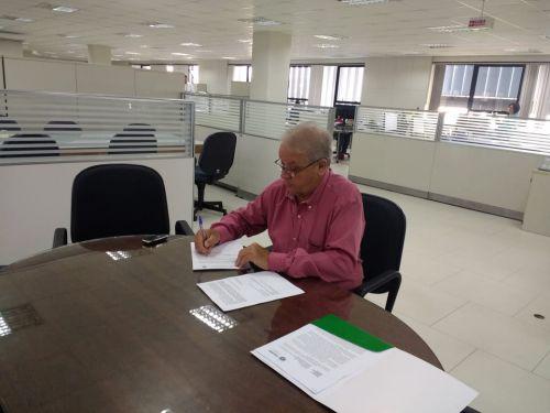Mario Pereira consegue mais R$ 650 mil em convênios para compra de ônibus e escavadeira