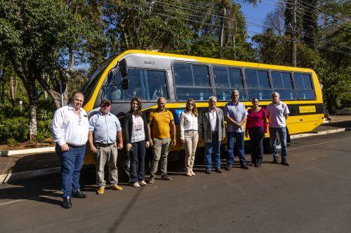 Ribeirão Claro recebe novo ônibus para transporte escolar