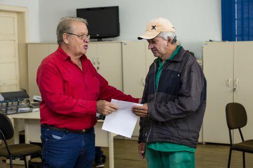 Servidores de Ribeirão Claro recebem cartões do Vale Alimentação