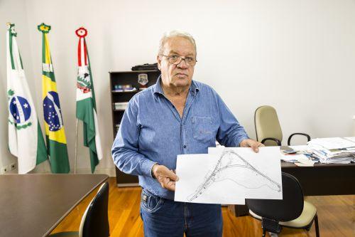 Prefeito Mario Pereira recebe projeto para acabar com acidentes fatais na ′Curva da Morte′