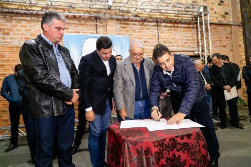 Mario assina dois convênios com o governo estadual