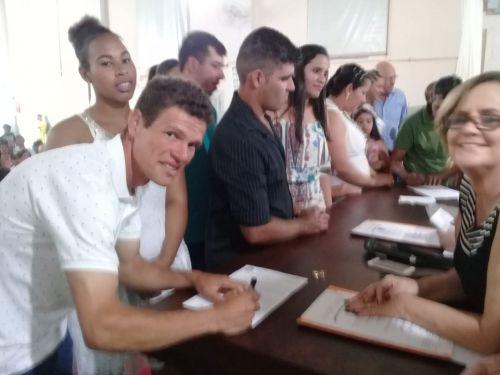 60 casais oficializam união durante casamento comunitário em Ribeirão Claro