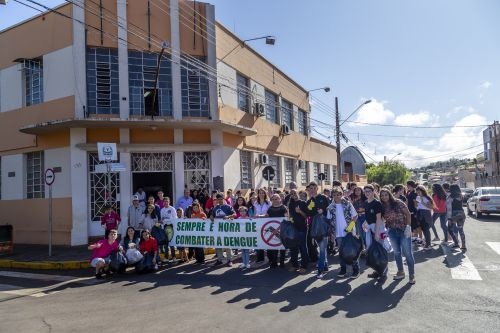 Estudantes ribeirão-clarenses fazem passeata pedindo empenho no combate à dengue