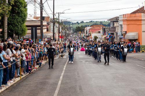 Desfile cívico marca os 111 anos de Ribeirão Claro