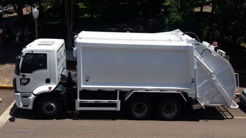 Ribeirão Claro tem novo caminhão compactador de lixo após 21 anos