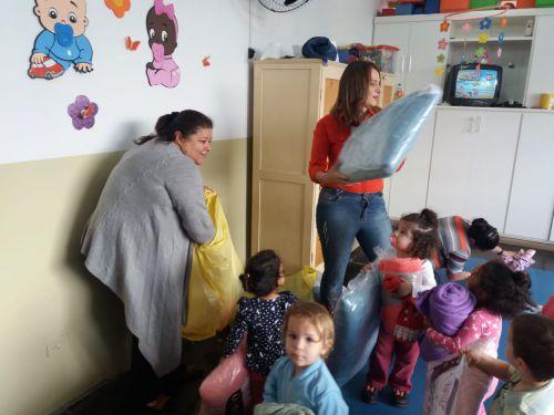 Creches de Ribeirão Claro recebem mantas e travesseiros