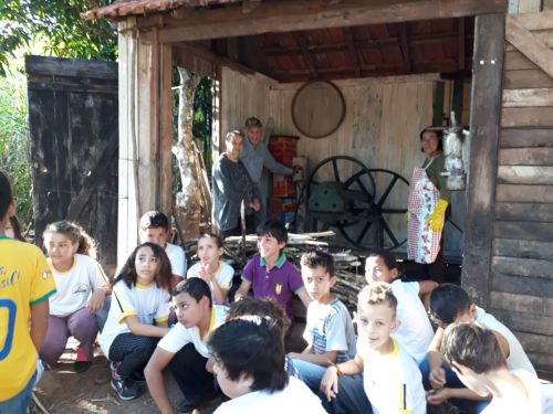Alunos da Escola Ana Pinheiro conhecem produção de derivados da cana-de-açucar