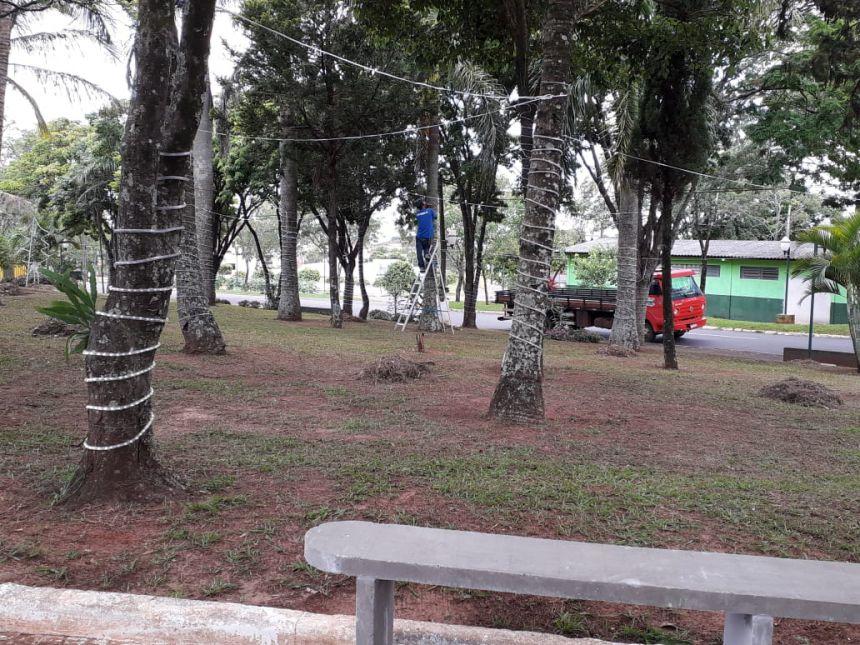 Preparação da praça José Hilton de Oliveira para receber as luzes de Natal.