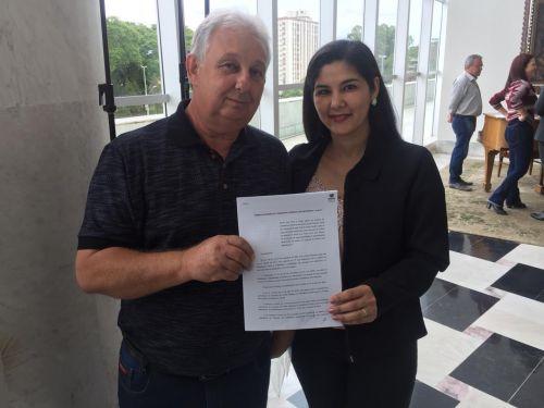 Assinatura de convênios em Curitiba em prol da população de Alto Paraíso. Na foto o Prefeito Preto acompanhado da primeira dama Ana Paula