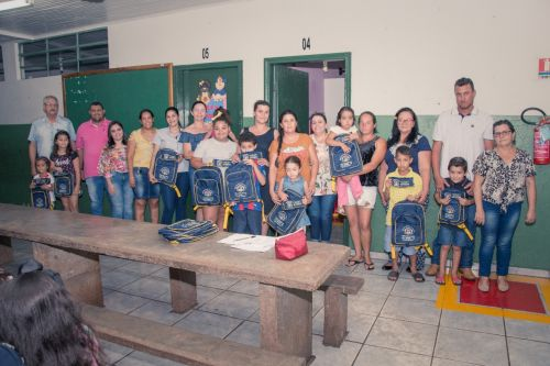 PREFEITURA ENTREGA BOLSAS E ESTOJOS ESCOLARES AOS ALUNOS DA REDE MUNICIPAL DE ENSINO