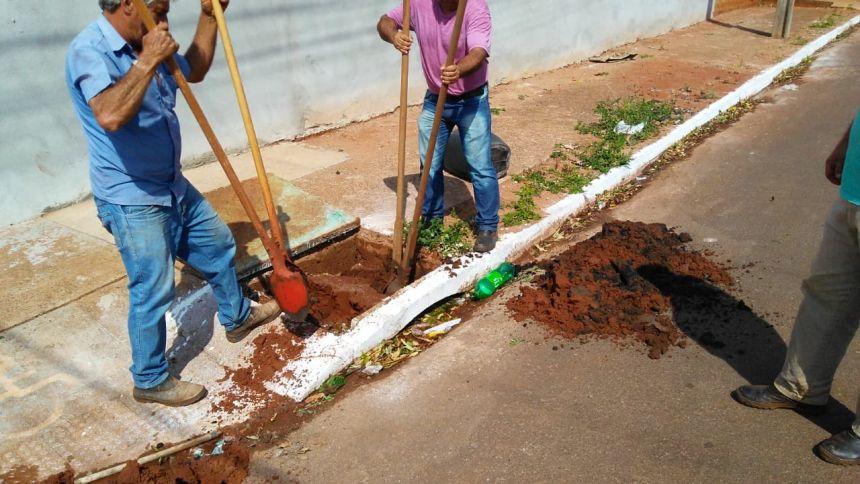 Limpeza de bueiros e caixa central avança no Conjunto Arnaldo de Souza Miranda.