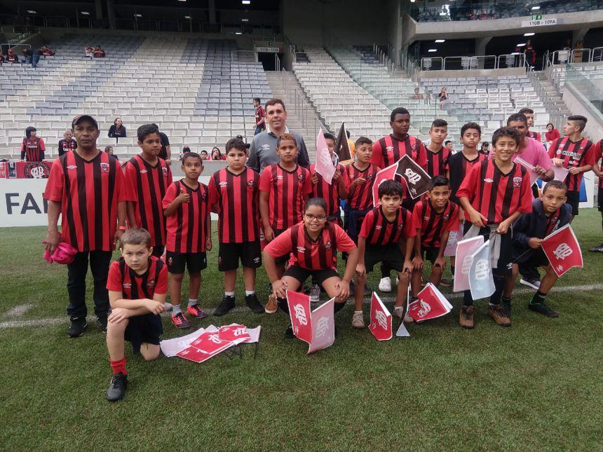 Visita dos alunos da escolinha de futebol de Iguaraçu ao Clube Atlético Paranaense