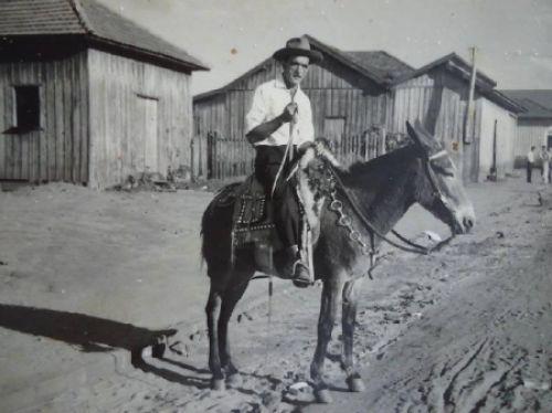 PIONEIRO RICARDO MARTINS DA SILVA COM SUA MULA NA AVENIDA BRASIL DE IGUARAÇU EM 1966