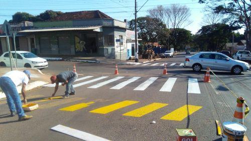 Sinalização da Avenida Brasil segue avançando com pintura da faixa de pedestres e Lombadas.