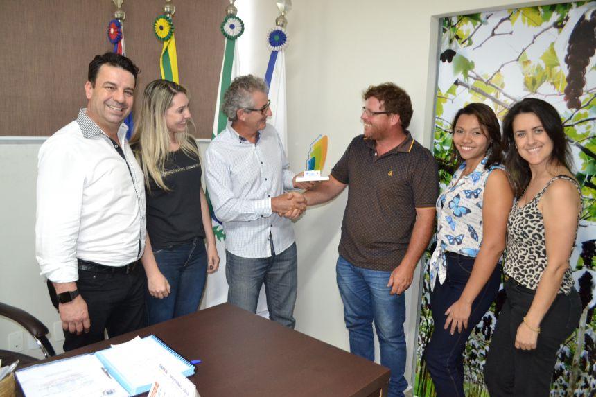 Equipe da Indústria e Comércio faz entrega simbólica do Prêmio ao prefeito Victor Martini