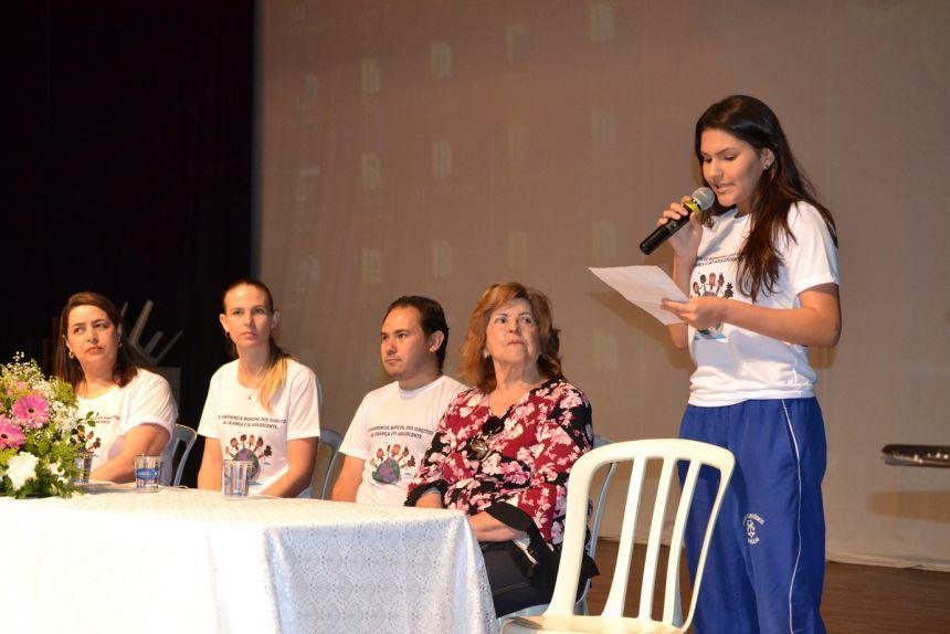 A aluna Ana Julia falou em nome dos adolescentes na Conferência